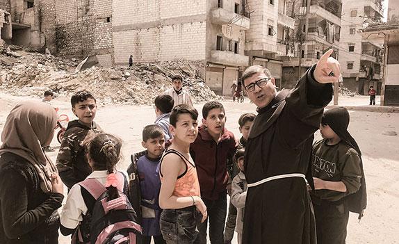 Eine entscheidende erste Hilfe für die «Kinder in Aleppo (Syrien) ohne Namen» ist ihre Anmeldung bei den Behörden. Der Franziskanerpater Firas Lutfi hat deshalb das Hilfsprojekt «Ein Name – eine Zukunft» ins Leben gerufen.