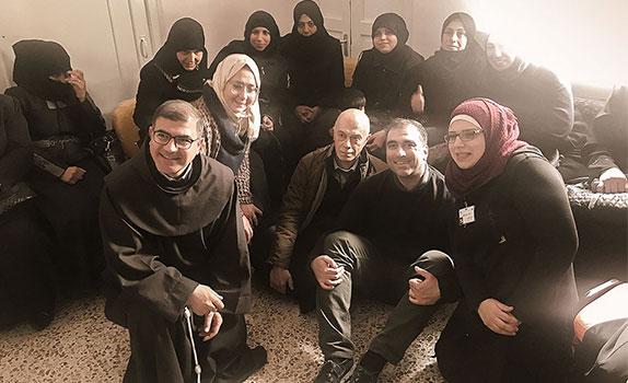 P. Firas Lutfi mit der Psychologin Dr. Binan Kayyali (Mitte) im Zentrum in Aleppo (Syrien).